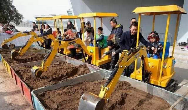 太原惊现儿童游乐新项目——儿童挖掘机