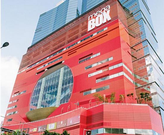 外立面使用鲜艳的颜色,整栋建筑通体透红,分外耀眼,强烈的视觉