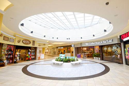 成为比较典型的风雨商业街廊模式.动线的弯曲部分(即三角处)设置