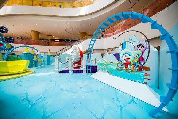 """2013年5月,100哆啦A梦秘密道具展览在上海新天地举行,短短50多天的时间里面吸引了超过20万客流,成为商业营运项目的一个传奇。4年后,2017年夏天,""""蓝胖子""""哆啦A梦再次来到上海,这一次,他们来到了位于西上海的虹桥天地。 此次亮相虹桥天地的是""""哆啦A梦南极大冒险主题展"""",这也是该主题展首度在国内呈现。"""